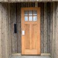 美容室には木製玄関ドアを